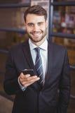 Oficina de Using Cellphone In del hombre de negocios fotos de archivo