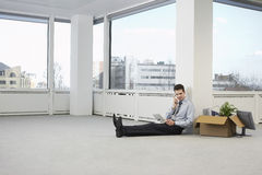 Oficina de Using Telephone In del hombre de negocios nueva Fotos de archivo