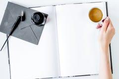Oficina del autor en concepto del escritor en mofa de la opinión superior del fondo del escritorio fotografía de archivo libre de regalías