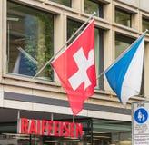 Oficina del banco de Raiffeisen adornado con las banderas Fotografía de archivo libre de regalías