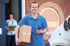 Oficina del cliente de Making Delivery To del mensajero Fotos de archivo libres de regalías