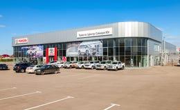 Oficina del distribuidor autorizado oficial Toyota en día soleado Fotos de archivo libres de regalías