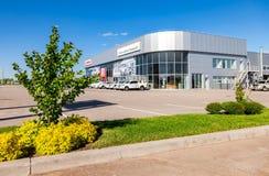 Oficina del distribuidor autorizado oficial Toyota en día soleado Imagenes de archivo