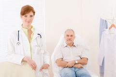 Oficina del doctor - paciente femenino del médico del retrato Foto de archivo