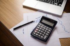 Oficina del escritorio con el ordenador portátil, taplet, informe del análisis, calculadora Foto de archivo