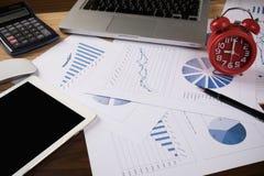 Oficina del escritorio con el ordenador portátil, taplet, pluma, informe del análisis, calculadora Fotos de archivo libres de regalías
