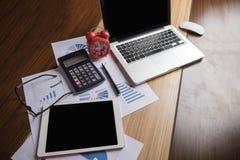 Oficina del escritorio con el ordenador portátil, taplet, pluma, informe del análisis, calculadora Imagen de archivo libre de regalías