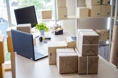 Oficina del lugar de trabajo de la PME para el producto que embala foto de archivo