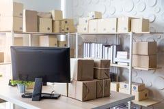 Oficina del lugar de trabajo de la PME para el producto que embala fotos de archivo