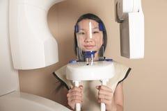 Oficina dental con el examen del cliente 3D en curso Fotos de archivo libres de regalías