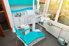 Oficina dental moderna con luz del sol Imagen de archivo