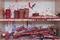 Oficina desarrumado do estúdio da arte do fogo de artifício da cor imagens de stock
