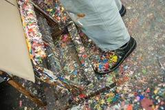 Oficina desarrumado do estúdio da arte do fogo de artifício da cor das sapatas foto de stock royalty free