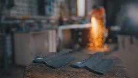 Oficina do ferreiro - facas de moedura do ferro com sparkles Fotos de Stock Royalty Free