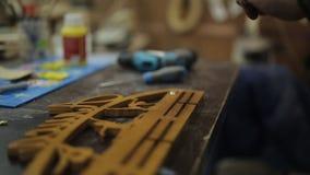 A oficina do ` s do carpinteiro prende com uma chave de fenda e fura os ganchos ao suporte das medalhas filme