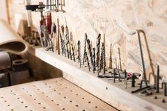 Oficina do Woodworking com dispositivos profissionais imagem de stock royalty free