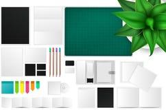 Oficina e icono de la maqueta del espacio de funcionamiento con muchos objetos libre illustration