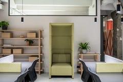 Oficina elegante en estilo del desván con las paredes grises imagen de archivo