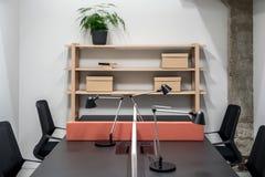Oficina elegante en estilo del desván con las paredes grises imagen de archivo libre de regalías