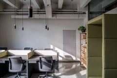 Oficina elegante en estilo del desván con las paredes grises fotografía de archivo