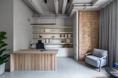 Oficina elegante en estilo del desván con las paredes grises foto de archivo libre de regalías