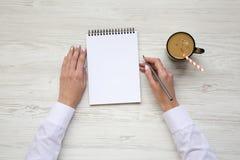 Oficina en el país Espacio de trabajo con hielo del cuaderno y del latte Visión superior imágenes de archivo libres de regalías
