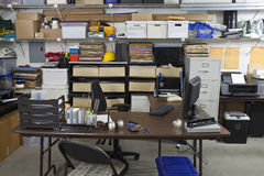 Oficina industrial desordenada Imagen de archivo libre de regalías