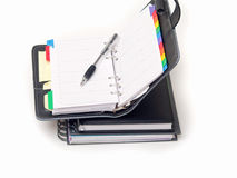 Oficina inmóvil - pluma y diario en blanco Fotos de archivo libres de regalías