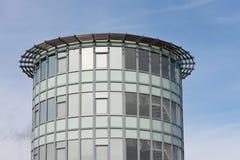 Oficina moderna con la fachada del vidrio Imagenes de archivo