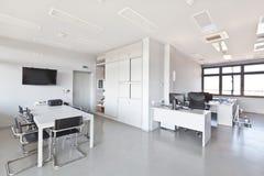 Oficina moderna con los muebles blancos Imagenes de archivo