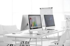 Oficina moderna con los ordenadores imagenes de archivo