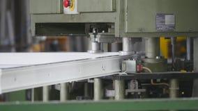 Oficina moderna para janelas do plástico e do metal da produção e portas com equipamento especializado do profissional filme