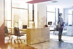 Oficina moderna roja y blanca, hombre de negocios de la vista lateral imágenes de archivo libres de regalías