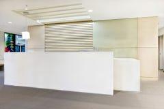 Oficina o edificio moderna de recepción con las luces encendido Imágenes de archivo libres de regalías
