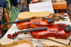Oficina para a produção e o reparo dos violinos fotos de stock