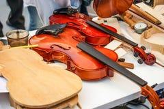 Oficina para a produção e o reparo dos violinos imagens de stock royalty free