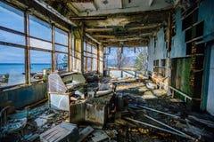 Oficina podre velha na fábrica abandonada de componentes para os torpedos submarinos fotografia de stock