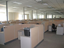 Oficina por completo de cubículos vacíos foto de archivo libre de regalías