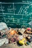 Oficina retro da eletrônica no laboratório da escola foto de stock
