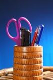 Oficina: Tenedor del lápiz con el contenido Imagen de archivo