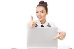 Oficina-trabajador alegre que muestra los pulgares para arriba fotografía de archivo libre de regalías