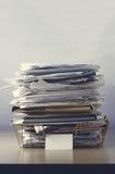 Oficina Tray Piled Up del alambre con los papeles Fotos de archivo libres de regalías