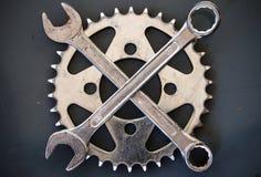 A oficina utiliza ferramentas a cruz da chave Fotos de Stock Royalty Free