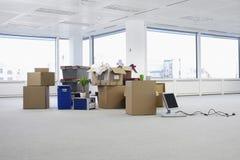 Oficina vacía con las cajas imagen de archivo