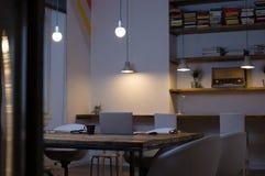 Oficina vacía en la noche Imagen de archivo