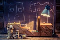 Oficina velha do alfaiate com agulhas, linhas e materiais ilustração stock