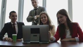 Oficina y concepto del trabajo en equipo - grupo de hombres de negocios que tienen una reunión metrajes