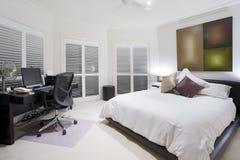 Oficina y dormitorio de repuesto en la mansión de lujo Imagenes de archivo