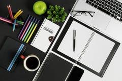 Oficina y fuente de los efectos de escritorio y de los dispositivos de la escuela Imagen de archivo libre de regalías