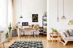 Oficina y sala de estar abierta imagen de archivo
